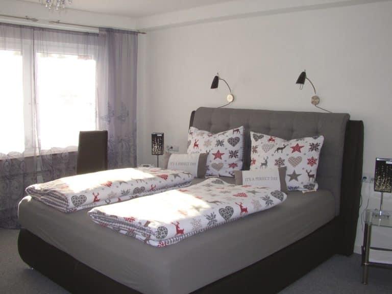 Im großen Schlafzimmer bequemes Doppelbett